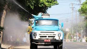 Lực lượng quân đội phun hóa chất, khử khuẩn khu vực nguy cơ bùng phát Covid-19 ở TP Tuy Hòa