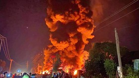 Lửa lớn bao trùm khu xưởng tại một cụm công nghiệp Bình Định