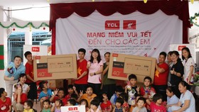 TCL mang tết đến sớm cho trẻ em mồ côi và khuyết tật TPHCM