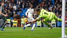 Real - Sociedad 0-2: Vazquez thẻ đỏ và Willian Jose, Ruben Pardo hạ gục Real