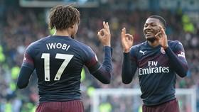 Huddersfield - Arsenal 1-2: Iwobi, Lacazette lâp công