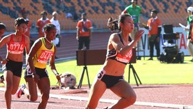 Vòng loại nội dung 200m nữ diễn ra sáng 7-12, Tú Chinh đã bị đối thủ chủ nhà Kristina Marine Knott vượt khá xa và phá kỷ lục SEA Games. Ảnh: DŨNG PHƯƠNG