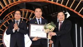 Ông Nguyễn Thành Đạt, Giám đốc Truyền Thông Herbalife Việt Nam đại diện Công ty nhận giải thưởng