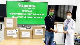 Heineken Việt Nam ủng hộ 10 máy thở và 24 máy monitor cho Bệnh viện Bệnh nhiệt đới TPHCM