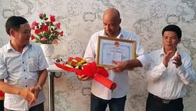 UBND quận Liên Chiểu trao giấy khen biểu dương nghĩa cử cao đẹp của ông Jean Christophe, quốc tịch Pháp