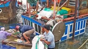 Trục vớt hai tàu cá bị sóng đánh chìm