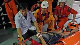 Vượt biển cứu thuyền viên người nước ngoài bị tai nạn trong đêm