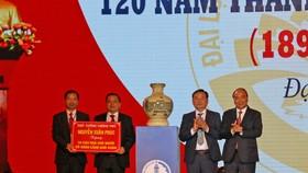 Thủ tướng Chính phủ Nguyễn Xuân Phúc tặng bình gốm sứ cho huyện Đại Lộc, tỉnh Quảng Nam