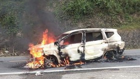 Ô tô bốc cháy khi đang lưu thông, 2 người tử vong