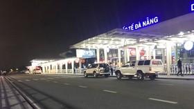 2 xe ô tô mang biển kiểm soát của tỉnh Quảng Nam (1 biển số xanh, 1 biển trắng) chở 4 du khách Anh ra sân bay Đà Nẵng
