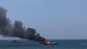 Hiện trường vụ cháy tàu cá
