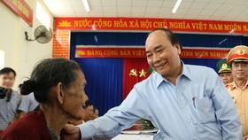 Thủ tướng Nguyễn Xuân Phúc thăm và tặng quà đồng bào Quảng Nam, Quảng Ngãi thiệt hại do bão số 9