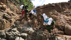 Tiếp tục cõng hàng và tìm kiếm người mất tích tại Phước Sơn