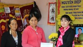 Đại diện Báo SGGP hỗ trợ 10 triệu đồng cho gia đình bà Huỳnh Thị Thanh Nga (có chồng và con trai chết do chìm tàu trong cơn lốc xoáy) vào ngày 11-10 vừa qua