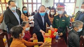 Thủ tướng Nguyễn Xuân Phúc thăm, tặng quà tết gia đình chính sách, hộ khó khăn tại Quảng Nam