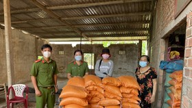 Công an huyện Đức Hòa hỗ trợ gần 35 tấn gạo và nhiều rau củ cho người lao động