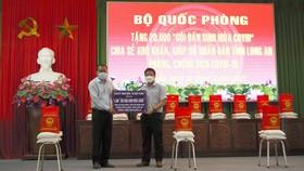 Bộ chỉ huy Quân sự tỉnh Long An nhận chuyển 20.000 gói an sinh mùa dịch để trao cho người dân khó khăn do dịch Covid-19. Ảnh: NGỌC PHÚC