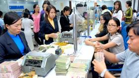 Khách hàng giao dịch tại ngân hàng Eximbank. Ảnh: Cao Thăng