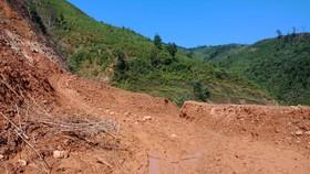 Sạt lở nặng trên đường ra biên giới xã Trọng Hóa.