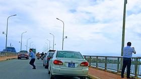 Xe phục vụ Thứ trưởng chụp ảnh trên cầu