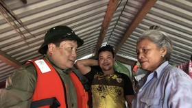 Bí thư Tỉnh ủy Quảng Bình, ông Vũ Đại Thắng thăm hỏi bà con xã Tân Hóa