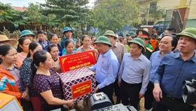 Thủ tướng tặng quà trường mầm non xã Hiền Ninh, nơi vừa trải qua trận lũ lớn