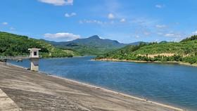 Hồ chứa nước Trôốc Trâu dụng tích gần 12 triệu m3 không phát huy tác dụng do không có hệ thống kênh mương hạ du và cửa cống xả chắn