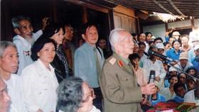 Đại tướng Võ Nguyên Giáp trong một lần về thăm quê nhà tại huyện Lệ Thủy lúc sinh thời. Ảnh Tư Liệu
