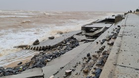 """Quảng Bình: Kè biển vừa làm xong đã bị sóng biển """"xé nát"""""""