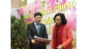 Phó Bí thư thường trực Thành ủy Hà Nội Ngô Thị Thanh Hằng và Phó Chủ tịch Hội Nhà báo Việt Nam Hồ Quang Lợi thăm gian hàng Báo SGGP