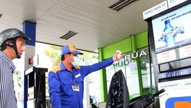Giá xăng tiếp tục giảm 394 đồng/lít