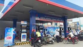 Giá xăng tăng mạnh 1.377 đồng/lít