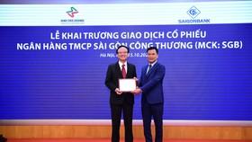 Lãnh đạo Sở Giao dịch Chứng khoán Hà Nội trao giấy đăng ký giao dịch cho ông Trần Thanh Giang, Tổng Giám đốc SaigonBank. Ảnh: DŨNG MINH