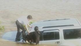 Chiếc xe rơi xuống sông Vàm Nao. Ảnh: ĐÔNG XUYÊN