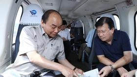Thủ tướng và Phó Thủ tướng Trịnh Đình Dũng trao đổi về biến đổi khí hậu ở ĐBSCL trên trực thăng