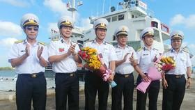 Lãnh đạo Bộ Tư lệnh Vùng 2 Hải quân tặng hoa tiễn 2 đoàn công tác. Ảnh: HÀM LUÔNG
