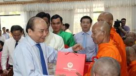 Thủ tướng Nguyễn Xuân Phúc tặng quà chúc mừng Tết Chôl Chnăm Thmây cho các chư tăng. Ảnh: TUẤN QUANG