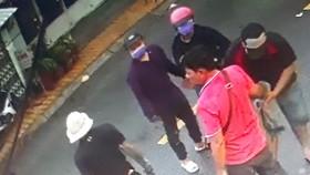 Tân Móp (áo đỏ) cầm đầu đàn em truy sát tiệm cầm đồ. Ảnh trích xuất từ camera