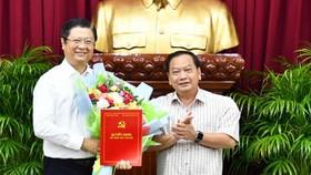 Đồng chí Trần Quốc Trung (bên phải) trao quyết định của Ban Bí thư cho đồng chí Trương Quang Hoài Nam