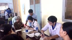 Các y bác sĩ trẻ của Đoàn Sở Y tế TPHCM khám bệnh, tư vấn, phát thuốc miễn phí cho người dân địa phương