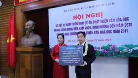 Bà Vũ Dương Thúy Ngà, Vụ trưởng Vụ Thư Viện, đại diện lên nhận bản quyền tủ sách Hạt giống tâm hồn