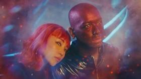 MV là câu chuyện tình yêu của một cô gái Trái Đất và chàng trai ngoài hành tinh (spaceboy)