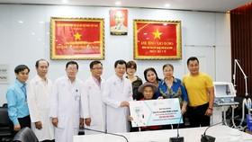 Gia đình NSND Lý Huỳnh tặng Bệnh viện Chợ Rẫy máy thở hỗ trợ phòng chống Covid-19