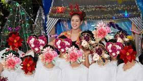 Hoa hậu Khánh Vân đón Giáng sinh cùng các em ngôi nhà OBV