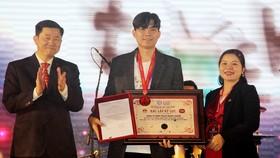 Ông Đặng Hoàng Tuấn - nhà sáng lập của Touch Music Center, đại diện 80 nghệ sĩ trống jazz nhận xác lập kỷ lục