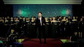 """Nguyễn Minh Cường dàn dựng tiết mục hợp xướng 30 người """"Hoa nở không màu"""" cùng tiếng hát Barry Nam Bảo"""