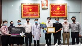 Nghệ sĩ Quyền Linh và những người yêu lan ủng hộ 2 tỷ đồng chống dịch