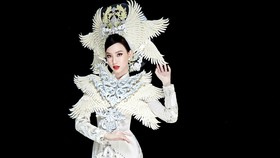 Đại diện Ái Nhi mang quốc phục áo dài của NTK Minh Châu đến Miss Intercontinental 2021