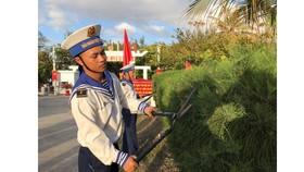 Cán bộ, chiến sĩ đảo Sơn Ca vui mừng nhận quà tết