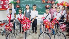 Báo SGGP tặng quà trung thu và xe đạp cho học sinh vùng sâu ở Long An